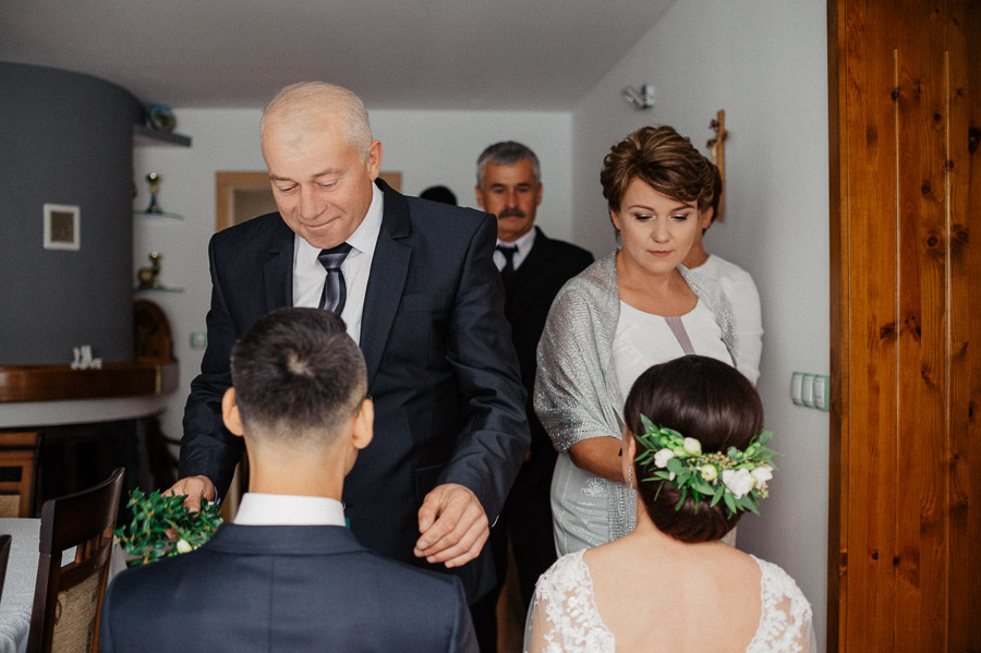 Poradnik Pary Młodej - Błogosławieństwo, pierwszy oficjalny moment w dniu  ślubu. To piękna chwila, która czasem również jest stresująca.